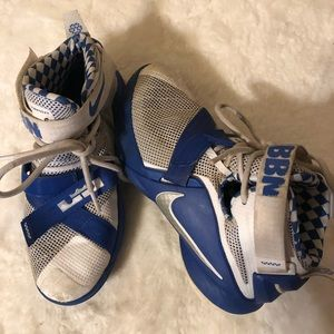 Nike Boys Shoes Sz 4Y